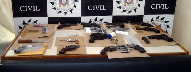 Armas recolhidas serão encaminhadas para perícia (Foto: Divulgação/Polícia Civil)