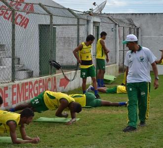 Técnico do Hulk, Evandro Guimarães observa treino físico (Foto: Jota Rufino/GloboEsporte.com)