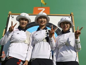 Ki Bo-Bae (esq); Choi Mi-Sun (centro); Chang Hye-Jin (dir); tiro com arco (Foto: Yves Herman/Reuters)