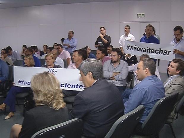 Reunião teve manifestantes que querem o hospital aberto (Foto: Reprodução / TV TEM)