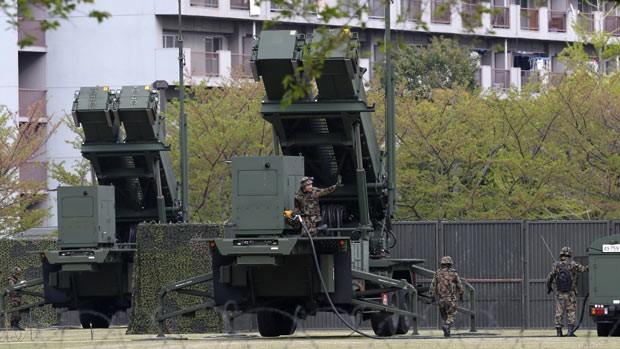 Militares japoneses trabalham em interceptador de mísseis PAC-3 nesta sexta-feira (12) em Tóquio, em meio à tensão provocada pelas ameaças da Coreia do Norte (Foto: AP)