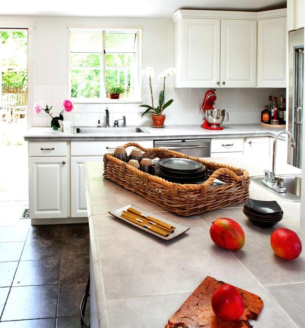casa-de-campo-nova-york-southampton-cecilia-dupire-cozinha-neutro-jardim-janelas (Foto: Costas Picadas/Divulgação)
