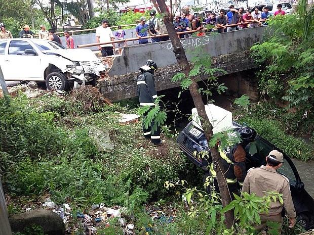 Colisão empurrou carro em direção ao barranco (Foto: Divulgação/Corpo de Bombeiros)