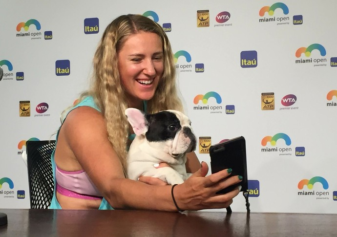 Victoria Azarenka Mannie The Dog cachorro Miami Tênis (Foto: Thiago Quintella)