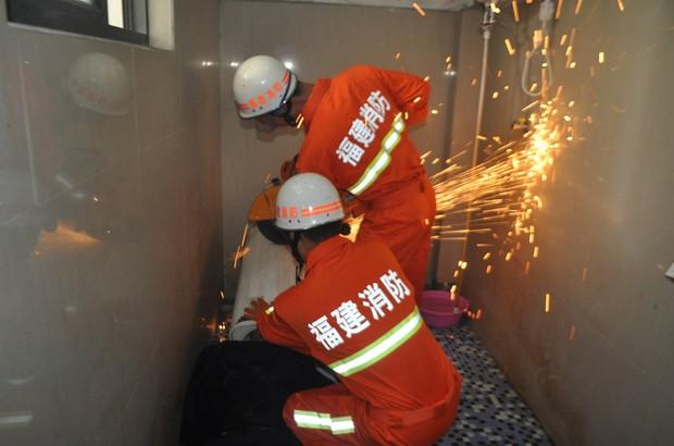 Equipe de seis bombeiros levou cerca de 40 minutos para conseguir livrar o homem do incômodo (Foto: Reuters)