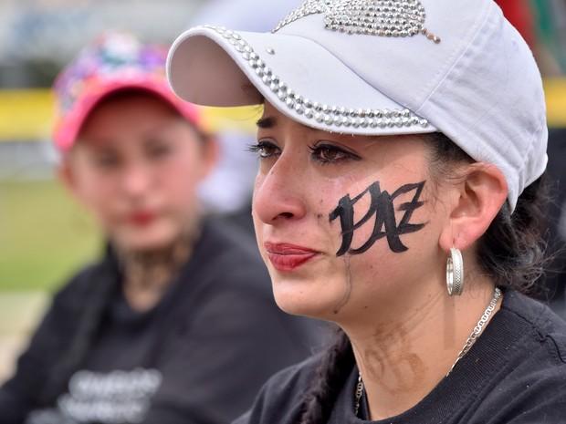 Ativista participa de ato pelas pessoas que desapareceram durante o conflito armado na Colômbia nesta terça-feira (30) em Bogotá (Foto: GUILLERMO LEGARIA / AFP)