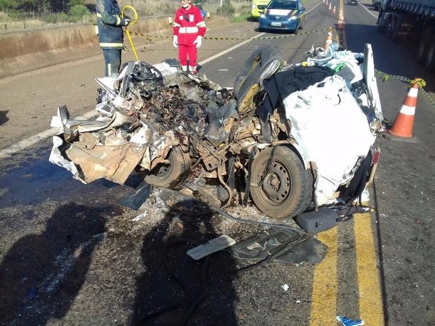 Carro fica destruído em acidente que matou uma pessoa na Br-277, no Paraná (Foto: Divulgação/ PRF)