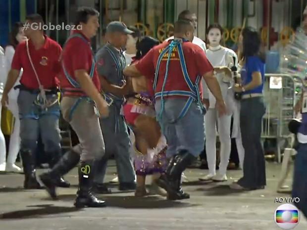 Mulher passou mal e precisou ser socorrida ao descer de carro alegórico (Foto: TV Globo/Reprodução)