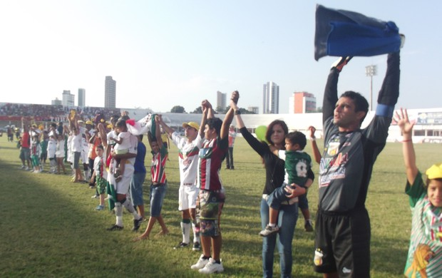 Jogadores do Baraúnas saúdam torcedores no Nogueirão (Foto: Bruno Araújo/GLOBOESPORTE.COM)