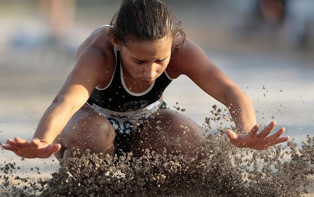 Maria Neuma Barbosa no salto que lhe rendeu a prata na prova de salto em distãncia das Olímpiadas Escolares (Foto: Gaspar Nóbrega / COB)