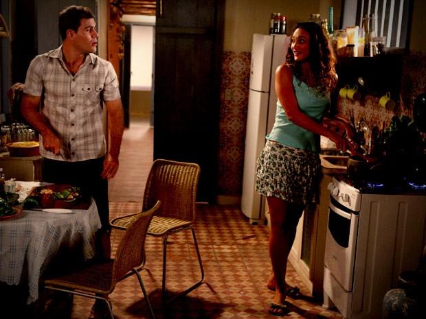 Bem diferente dos namorados, Adauto e Tessália se dão muito bem (Foto: Avenida Brasil/TV Globo)