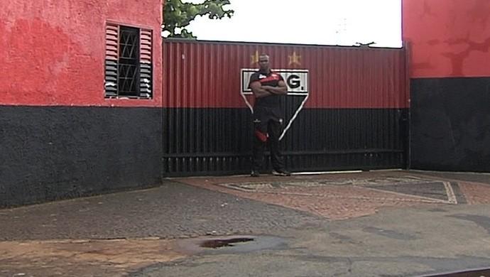 Marcelão - segurança do Atlético-GO (Foto: Reprodução / TV Anhanguera)
