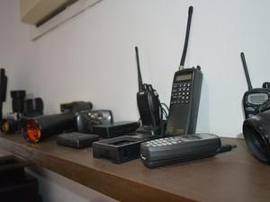 Em seu escritório em são José dos Campos, Mário guarda todos equipamentos que já usou durante a profissão (Foto: Camilla Motta/G1)