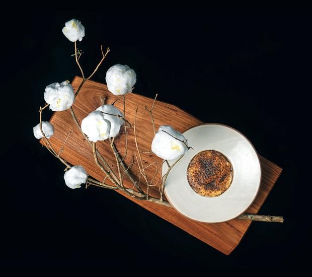 Colheita de algodão-doce, em criação de Felipe Bronze, no Pipo: compota de frutas cítricas no prato se completa com os docinhos nos galhos (Foto: Tomás Rangel / Divulgação)