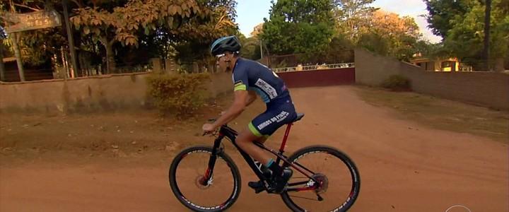Menino de Goiás dá aula de superação em duas rodas