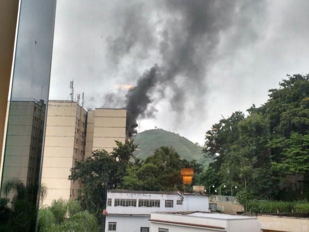 Fogo atinge prédio em Barra Mansa, RJ (Foto: Yan Machado/Arquivo Pessoal)