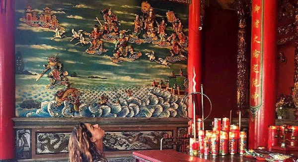 De férias na Indonésia, Isis Valverde visita templo busista (Foto: Reprodução / Instagram)