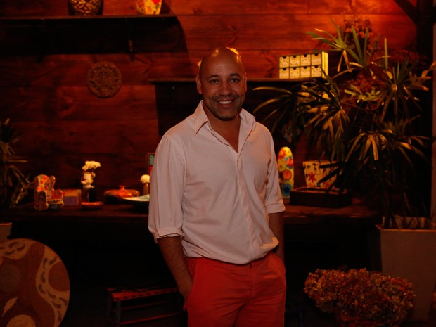 Leandro Rocha mostra estilo com calça vermelha (Foto: Ellen Soares / Gshow)