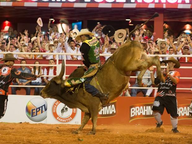 Luciano Henrique de Castro recebeu a nota 90,5 após montaria na Festa do Peão de Barretos (Foto: Érico Andrade/G1)