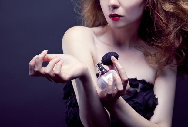 Para o perfume durar mais, escolha lugares quentes do corpo, como os pulsos e atrás da orelha (Foto: Shutterstock)