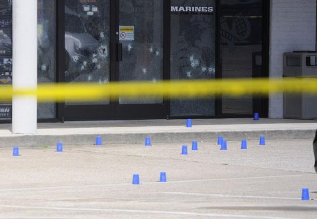 Local de recrutamento das forças armadas americanas com tiros nos vidros e isolamento policial em Chattanooga (Foto: (Tim Barber/Chattanooga Times Free Press via AP)