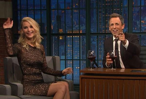 O buraco no vestido 'se apresentou' durante o talk show de Seth Meyers, Late Show (Foto: Reprodução/YouTube)