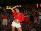 Bianca Leão dispensa sutiã e mostra demais em noite de samba