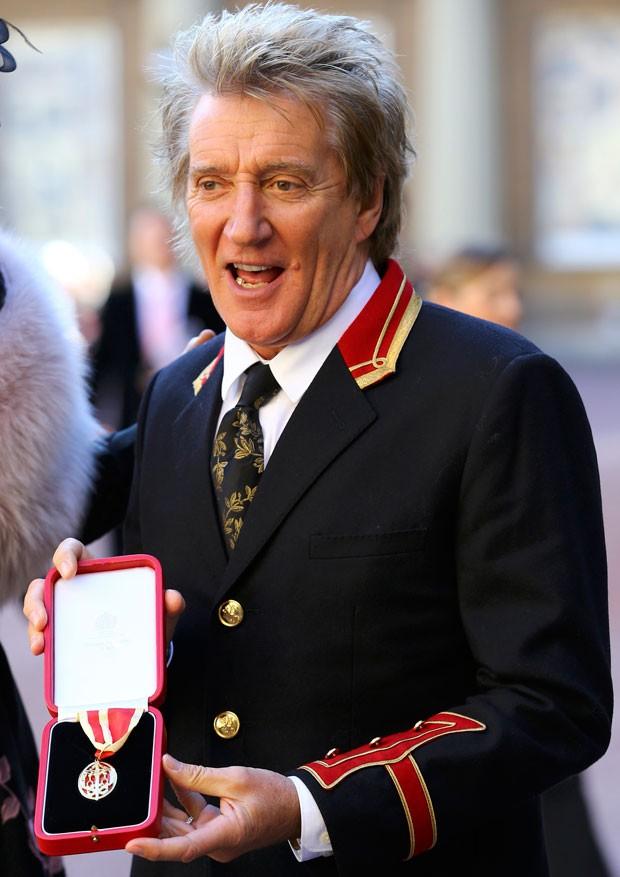 Rod Stewart posa no Buckingham Palace ao ser condecorado como cavaleiro (Foto: Reuters/Gareth Fulller)