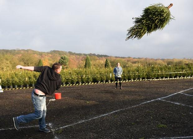 Britânicos disputaram no domingo campeonato de lançamento de árvores de Natal (Foto: Oli Scarff/AFP)