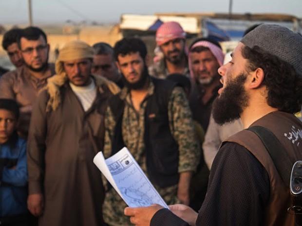 A administração do grupo extremista é marcada pela truculência e vigilância (Foto: Militant website via AP, File )