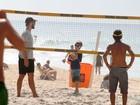 Rodrigo Hilbert exibe a barriga tanquinho e joga futevôlei com o filho