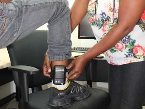 Dois presos receberam equipamento na quinta-feira (30) (Foto: Divulgação / CGJ-MA)
