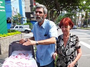 Antônia Asti, de 61 anos, chega com o marido e a menina Sofia ao hospital em Santos, SP (Foto: Jonatas Oliveira/G1)