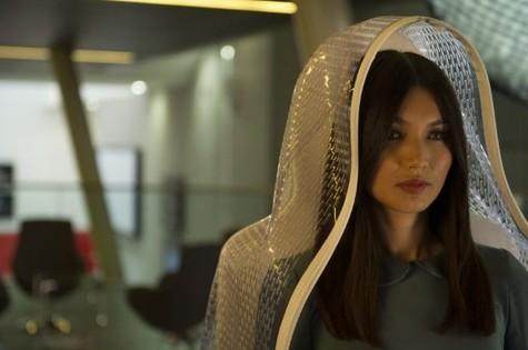 Gemma Chan em cena de Humans (Foto: Divulgação)