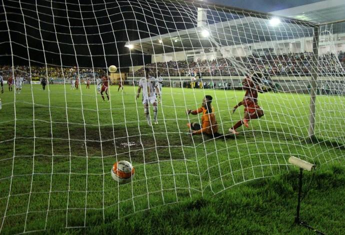 Momento exato do terceiro gol do Imperatriz, de Diego Valderrama, sobre o Sampaio Corrêa (Foto: Kelly Queiroz)
