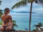 Bárbara Evans posa de biquininho e mostra curvas em praia do Rio