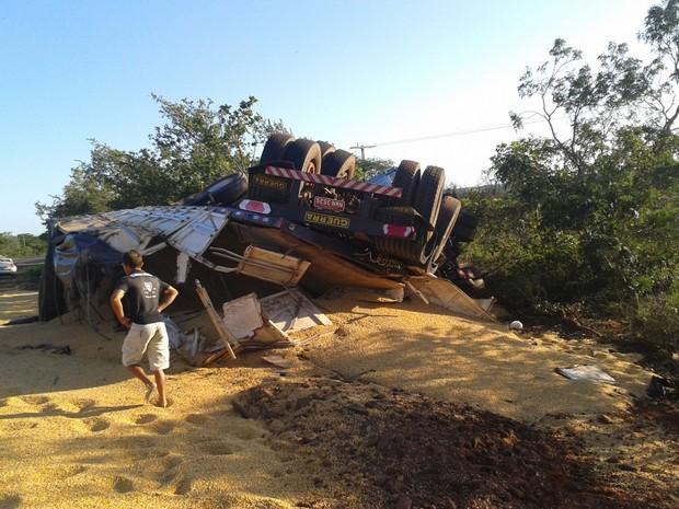 Caminhão tombou após a colisão (Foto: Jenerson Gonçalves)