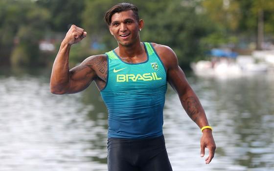 O atleta Isaquias Queiroz dos Santos comemora após conquistar medalha de prata na Rio 2016 (Foto:  Buda Mendes/Getty Images)