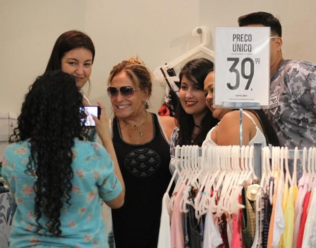 Susana Vieira posando com fãs (Foto: Thiago Martins/AgNews)