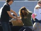 Kim Kardashian cai durante gravação de reality show
