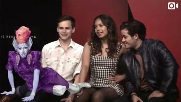 Alisha Boe, Brandon Flynn e Christian Navarro (Foto: Reprodução)