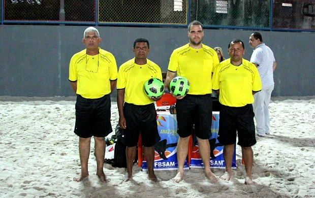 Árbitros de futebol de areia, Manaus (Foto: Frank Cunha / Globoesporte.com)