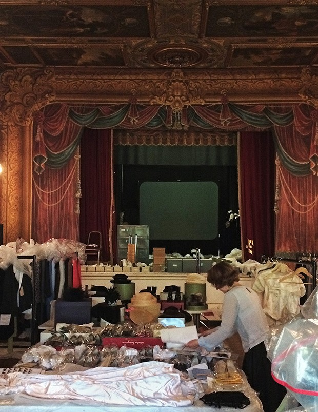 Denna Garrett in the theatre at Chatsworth, preparing exhibits for House Style (2015) (Foto: LAURA BURLINGTON)