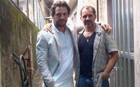 Rodrigo Lombardi e Humberto Martins gravam na comunidade de Tavares Bastos