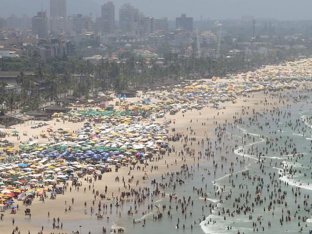 Banhistas aproveitam o calor na Praia das Pitangueiras, no Guarujá (SP), neste domingo (28). (Foto: JOSÉ PATRÍCIO/ESTADÃO CONTEÚDO)