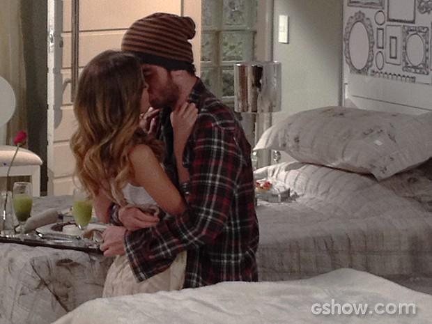 Sofia não resiste e tasca o maior beijão em Sidney (Foto: Malhação / TV Globo)
