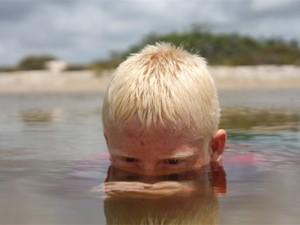 'Sanã' fala sobre menino albino que vive na regiao dos Lençóis Maranhenses (Foto: Divulgação/Tempero Filmes)