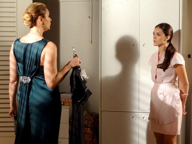 A patroa obriga Cida a usa uniforme e ainda a ameaça se alguma coisa der errado no casamento (Foto: Cheias de Charme / TV Globo)