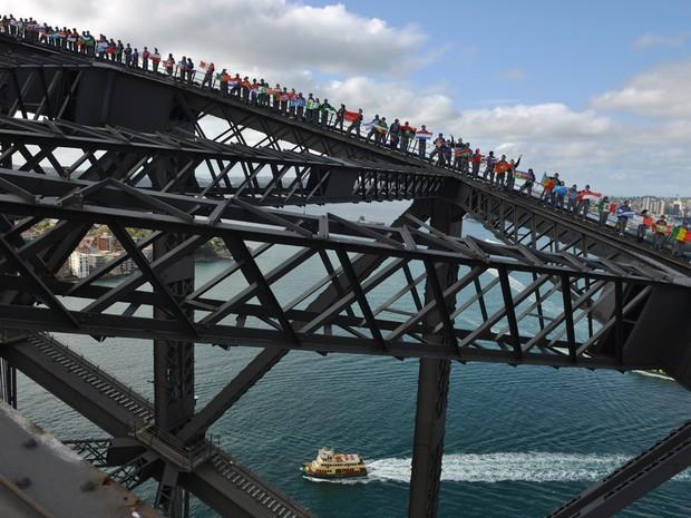Centemas de pessoas escalaram a Sydney Harbour Bridge na tentativa de quebrar o recorde mundial para o maior número de pessoas sobre a ponte de uma só vez, ao todo 340 pessoas quebraram o antigo recorde de 316 de 2008  (Foto: Peter Parks/AFP)
