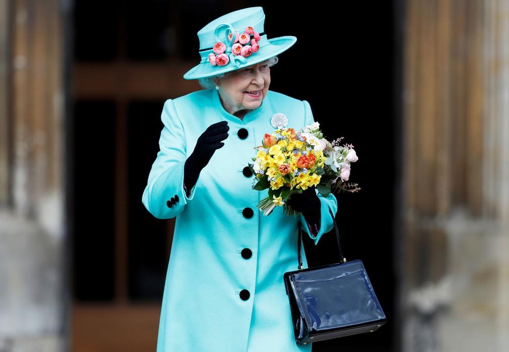 Rainha Elizabeth deixa o Castelo de Windsor neste domingo de Páscoa (Foto: REUTERS/Peter Nicholls)